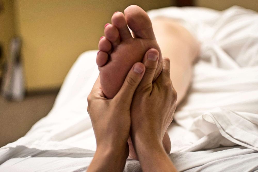 Reflexní body na ploskách nohou jsou energeticky spojeny s jednotlivými orgány v těle. Proto je důležité je při masáži nevynechat. Ilustrační foto: Pixabay.com