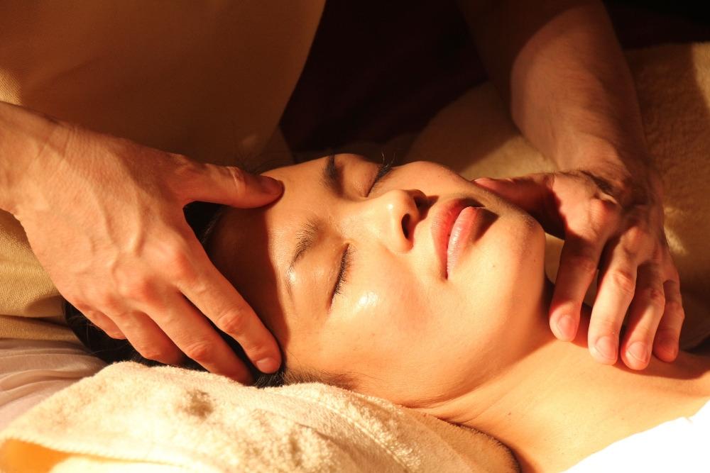 Masáž mimo jiné stimuluje působení nervové soustavy a zmenšuje deprese, neboť posiluje a zklidňuje centrální nervový systém a odstraňuje bolesti hlavy. Ilustrační foto: Pixabay.com