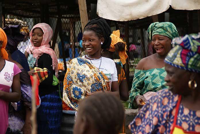 Afrika - smějící se domorodé ženy na trhu