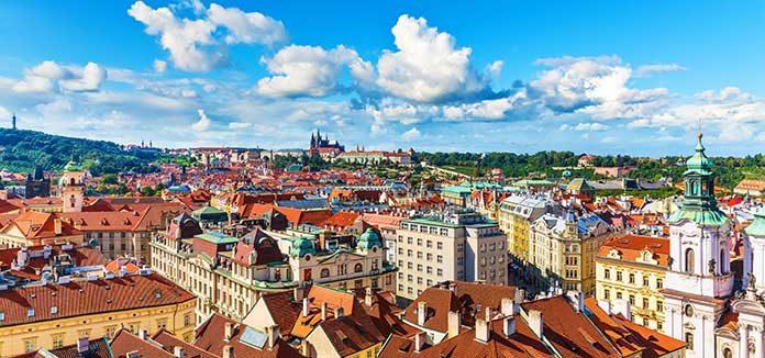 Praha pohled přes staré město k hradu.