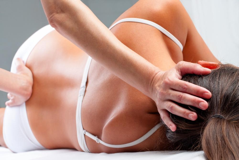 Manuální terapie v akci. Někdy je totiž zapotřebí si během masáže i zacvičit a cviky potom opakovat také doma. Ilustrační foto: Pixabay.com